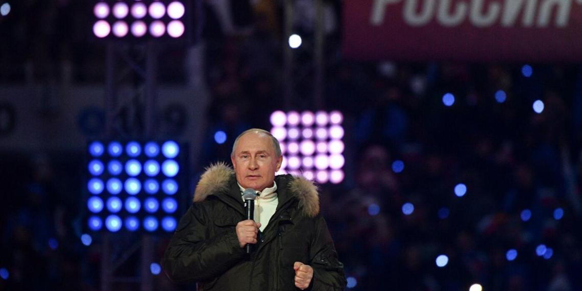 """Путин поднялся на сцену """"Лужников"""" на концерте в честь годовщины воссоединения Крыма с РФ"""