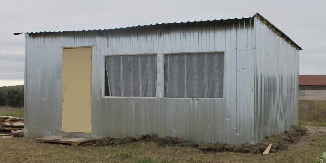 """В Удмуртии чиновник """"осуществил мечты людей"""", поставив за их счет будку с голыми стенами за 161 тысячу рублей"""