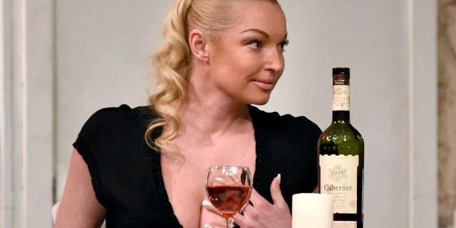 Волочкова пригрозила судом людям, обвиняющим ее в алкоголизме