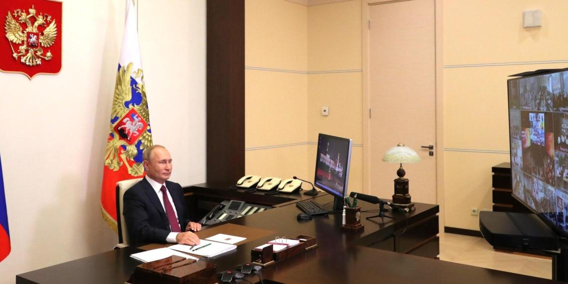 Путин: дистанционный способ получения образования не может заменить реальный, традиционный