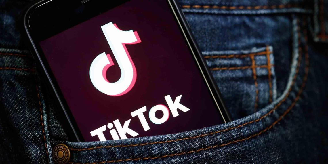 """TikTok начнет блокировать видео """"некрасивых и бедных"""" людей"""