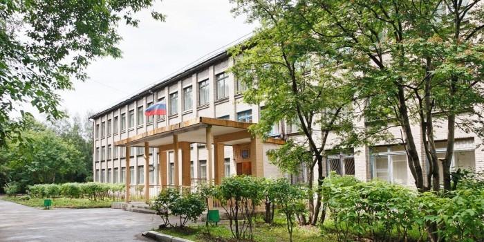 Новосибирский губернатор запретил иностранцам работать в школах и водить автобусы