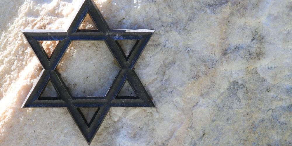 В Литве вандалы перевернули памятник жертвам холокоста
