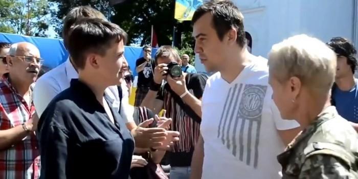 Надежду Савченко попытались забросать яйцами в Одессе