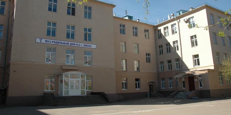 В Омске беременная девушка выпала со второго этажа роддома