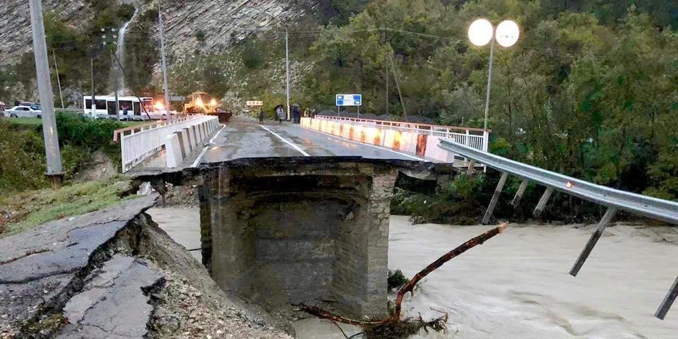 Сочи терпит стихийное бедствие: разрушены мосты, затоплены улицы и здания