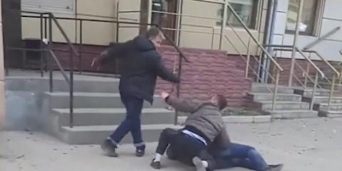 Видео дня: в Липецке засняли зрелищную драку подвыпивших мужиков