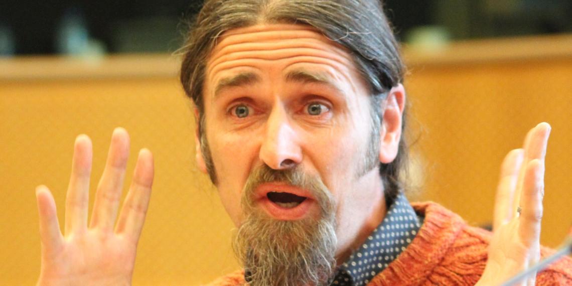 Ирландский евродепутат поучаствовал в дебатах без штанов