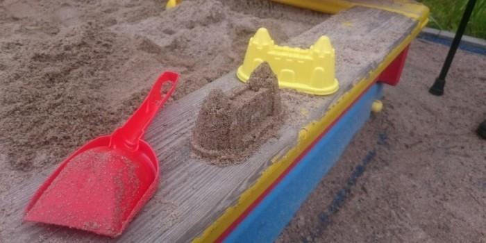 """Недовольная песком в песочнице женщина заставила чиновников лепить """"куличики"""""""