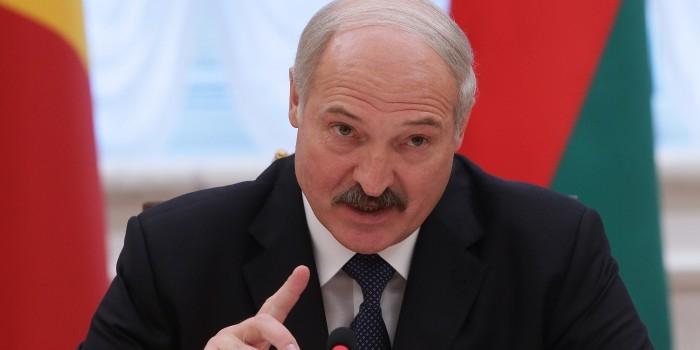 Лукашенко заявил о потоке оружия и взрывчатки из Украины
