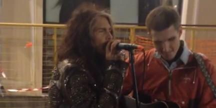 Лидер Aerosmith спел дуэтом с московским уличным музыкантом (ВИДЕО)