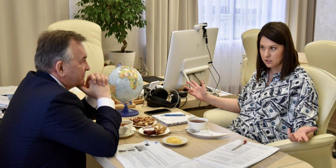"""В сети возмутились """"долларовым"""" нарядом татарстанской чиновницы"""
