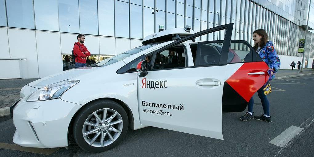 """Экспериментальный беспилотный автомобиль """"Яндекса"""" попал в ДТП"""