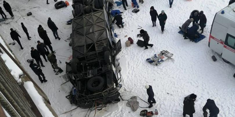 В Забайкалье автобус упал с моста в реку: 19 человек погибли