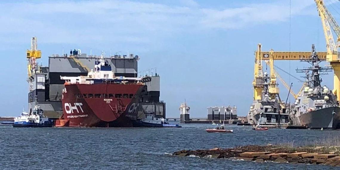 В США строящийся эсминец столкнулся с доком и баржей