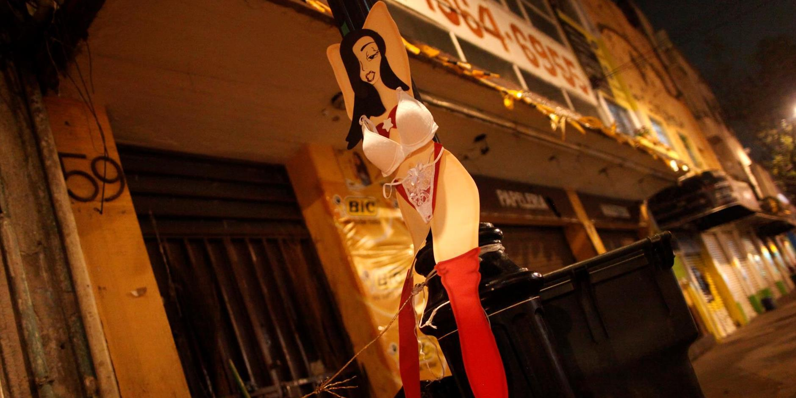 Швейцария разрешит работу проституток, но в безопасных позах и перчатках