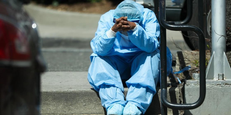 COVID-неблагодарность: в США может начаться массовое увольнение врачей и лишение их льгот