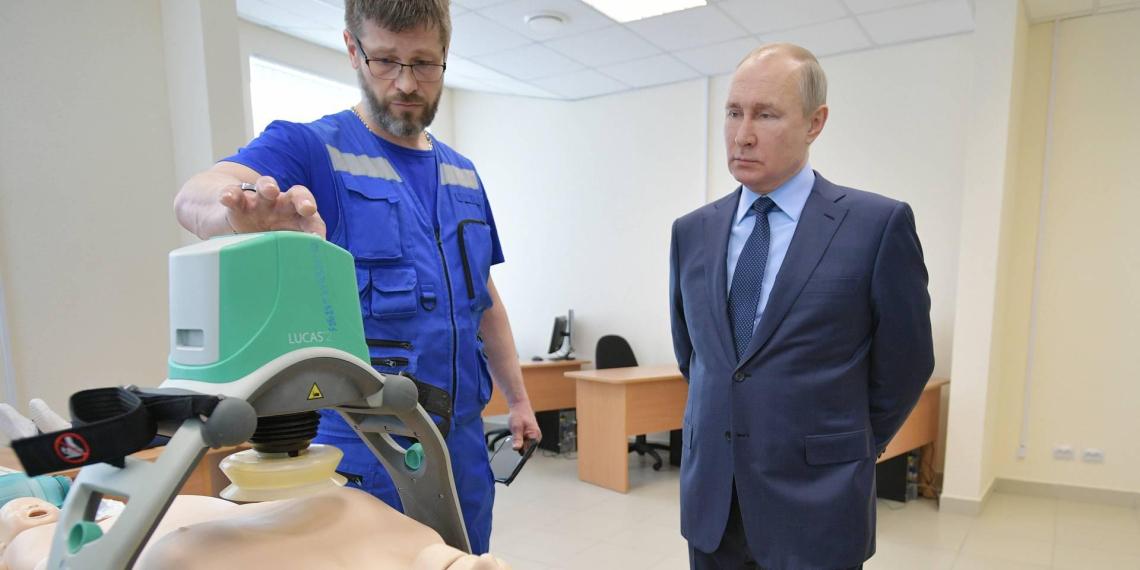 Путин посетил станцию скорой в Пушкине и поздравил коллектив с профессиональным праздником