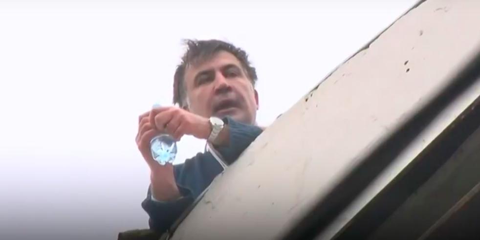 Саакашвили забрался на крышу дома и угрожает броситься вниз