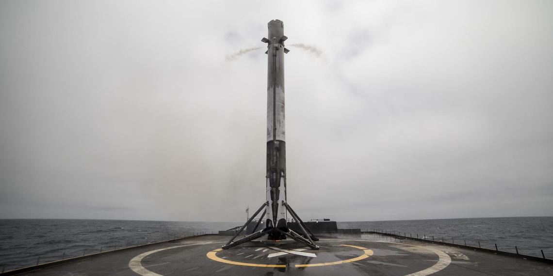 Многоразовая первая ступень Falcon 9 успешно села на платформу