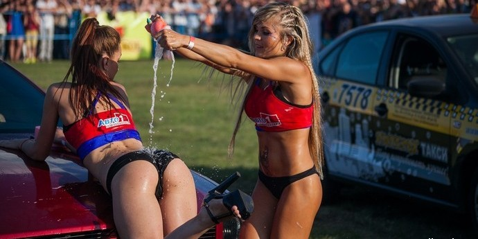 Полуголые белоруски выяснили, кто из них эротичнее моет машину