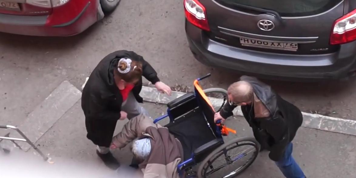 В Тюмени засняли на видео избиение пенсионерки в инвалидной коляске