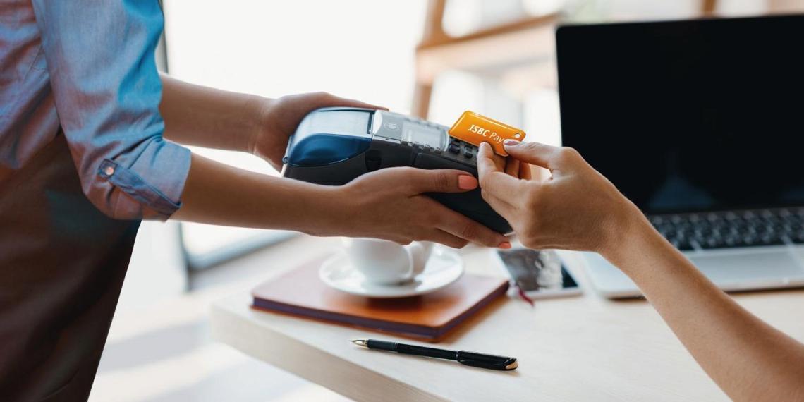 Mastercard запустила в России систему оплаты товаров брелоками