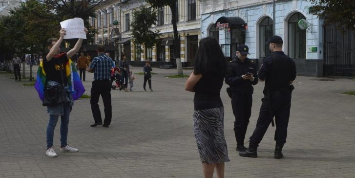 В центре Ярославля толпа десантников избила ЛГБТ-активиста