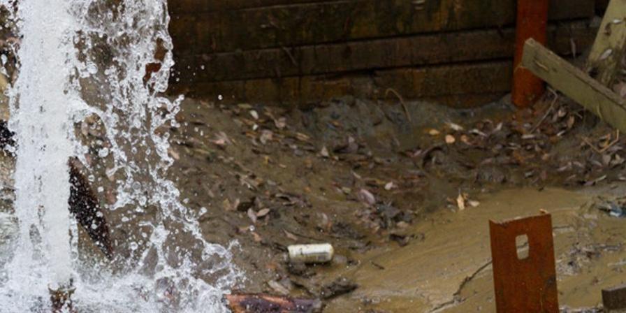 В Симферополе произошла масштабная авария на водопроводе, погиб человек