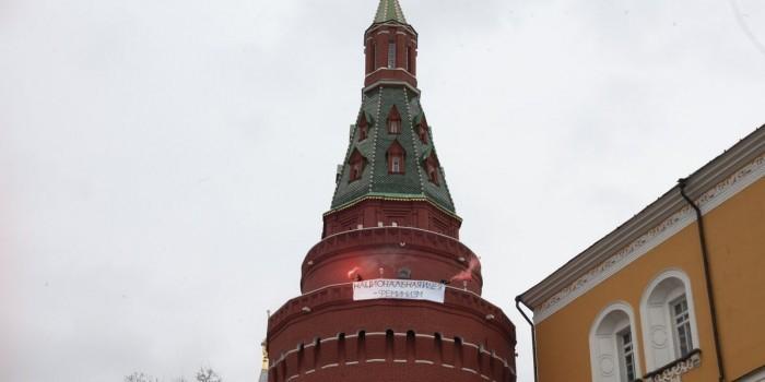 Фотография с феминистками на башне Кремля оказалась фотомонтажом