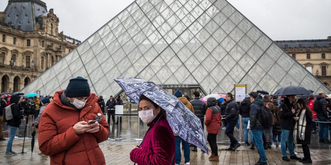 Франция вводит ночной комендантский час, в том числе в новогоднюю ночь