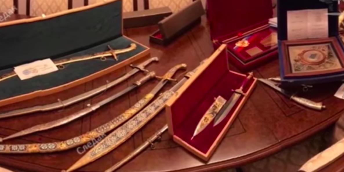 СМИ показали видео изъятых у сенатора Арашукова золота и коллекционного оружия
