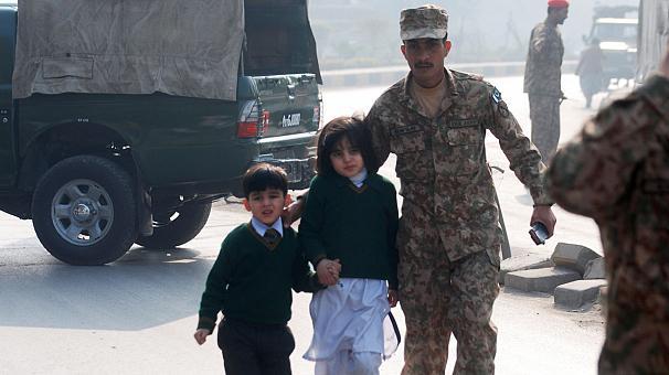 В Пакистане снят мораторий на смертную казнь после теракта в школе