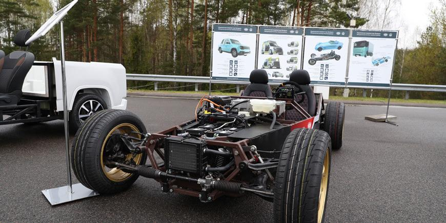 Лукашенко показали электро-кабриолет, призванный конкурировать с Tesla