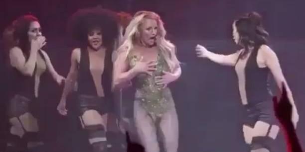 Грудь Бритни Спирс выскочила из костюма прямо во время выступления