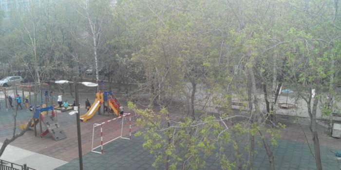 Жители дома в Екатеринбурге попросили снести детскую площадку ради парковки