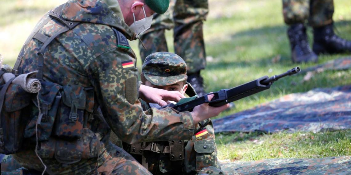 Германия выводит из Литвы взвод, распевавший антисемитские песни в день рождения Гитлера