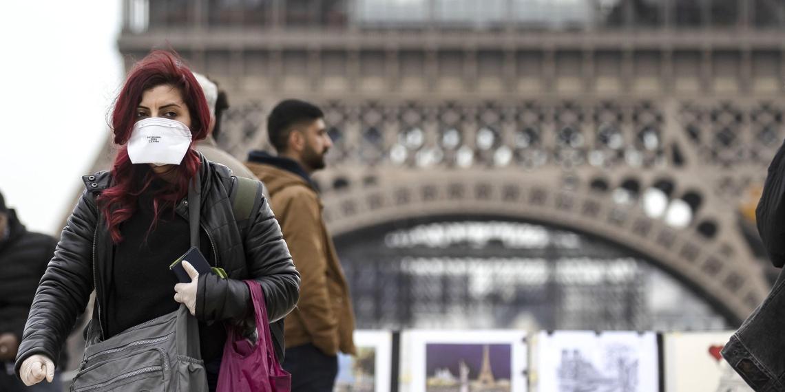 Французам разрешат выходить на улицу только с объяснительными