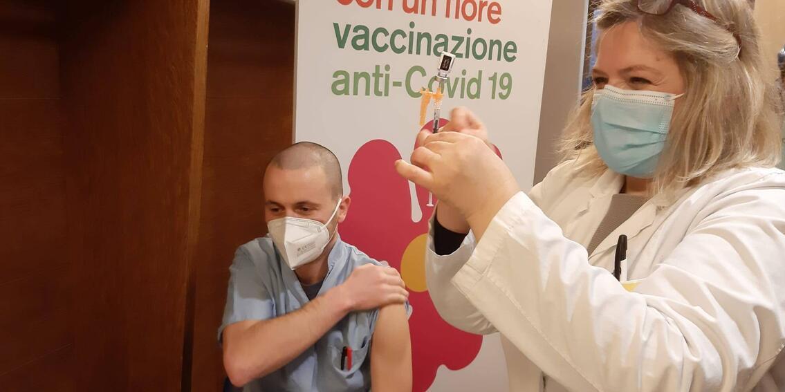 СМИ узнали об увольнении непривитых от коронавируса медиков в Италии