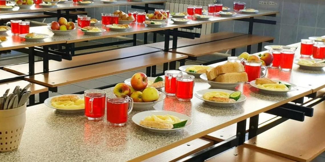 Путин призвал дать родителям возможность контролировать питание в школах