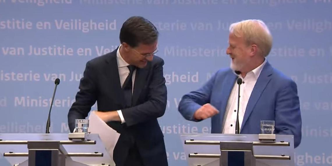 Премьер Нидерландов призвал отказаться от рукопожатий и сразу пожал руку коллеге