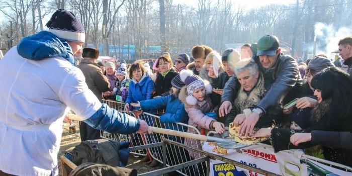 Чиновникам Ленобласти запретили на Масленицу кормить людей с лопат