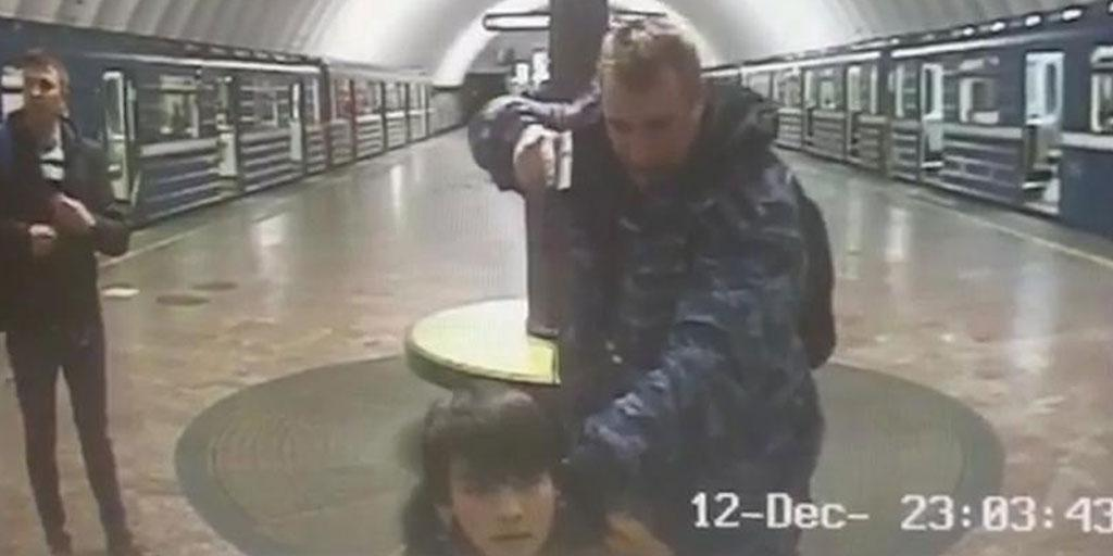 Пьяный охранник метро под дулом пистолета поставил на колени пассажира