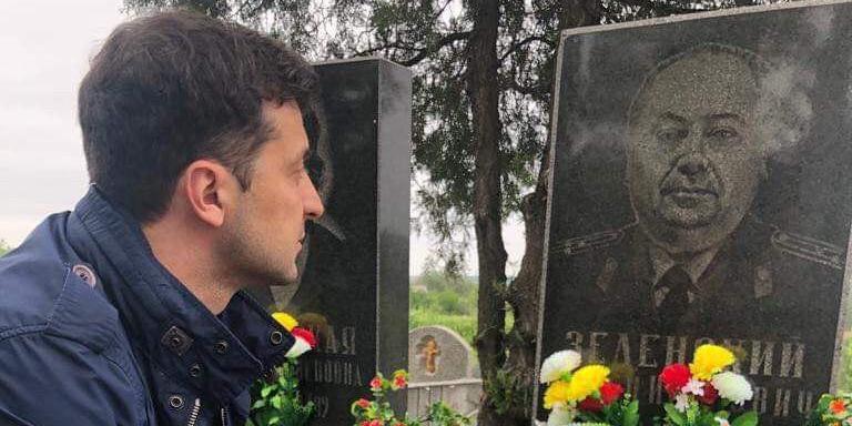 """На акции """"Бессмертный полк"""" в Донбассе пронесли портрет деда Зеленского"""