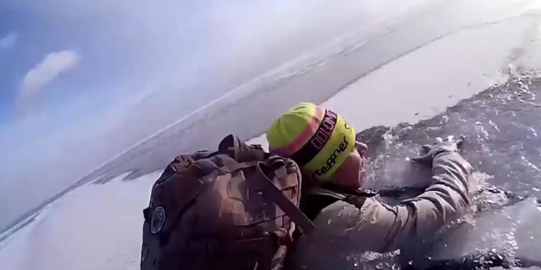 Туристы провалились под лед на Байкале в 300 метрах от берега