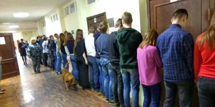 В Петербурге полицейские поставили школьников лицом к стенке во время проверки