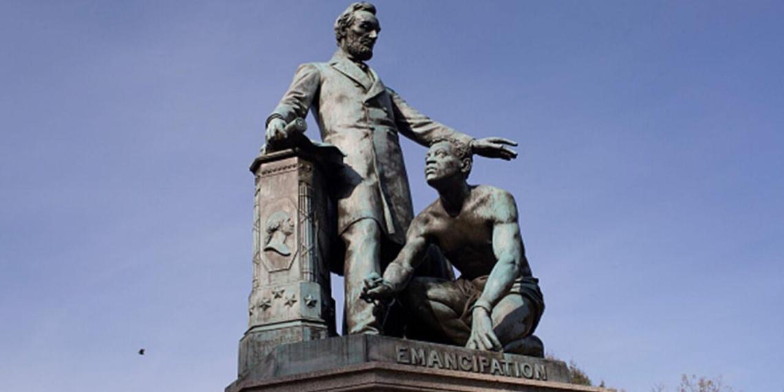 В США протестующие собирают подписи за снос памятника Линкольну, освободившему рабов
