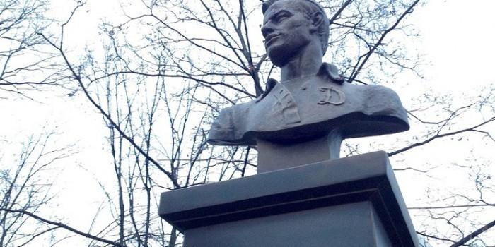 На бюсте Льва Яшина по ошибке выгравировали день рождения Гитлера