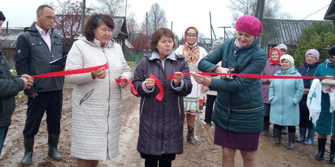 Чиновники Удмуртии торжественно открыли дорогу из грязи