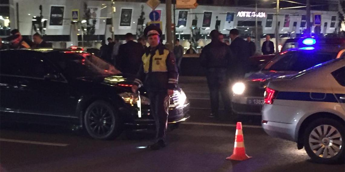 В Москве Mercedes с номерами АМР насмерть сбил сотрудника ГИБДД